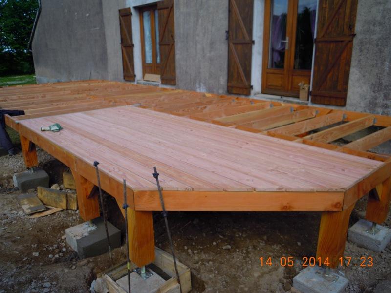 Une terrasse en bois suspendue