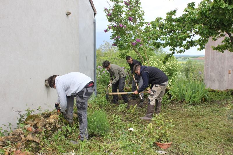 Les 1°AP restaurent le jardin d'un particulier